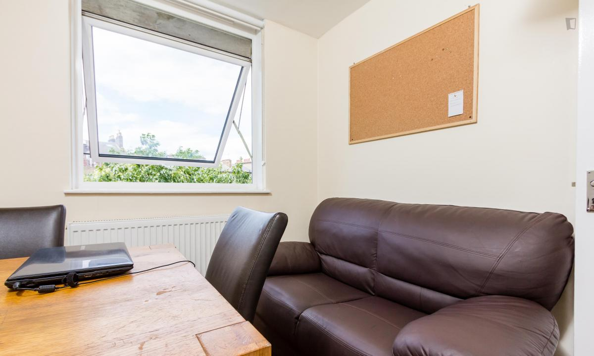 Photo 4, Single room - Downfield Close in London